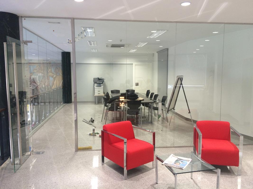 Instalaciones comerciales de cristaler as athair for Oficinas santander malaga