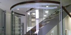 Barandilla de cristal curvo en farmacia.