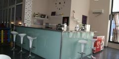 Barra de vidrio en cafetería del parque infantil Bolitas