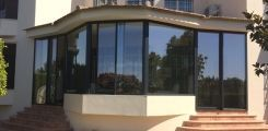 Porche acristalado en vivienda de lujo en el Real Club de Golf de Montequinto, Sevilla